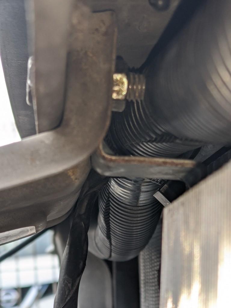 ブローオフバルブ付近から拝借したボルトは、ここでこんな風に裏からナット止め。ピッチはもちろん、長さも丁度良い😙