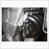 右側の#1気筒のエキマニ取り付けフランジがヘッド干渉するので、最初から一つだけ加工が施されていました。