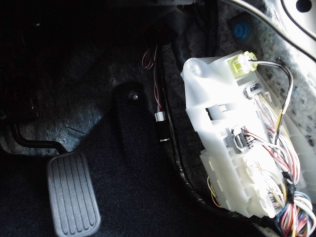 カローラスポーツ用 エンジンルーム引き込み カプラーの取付