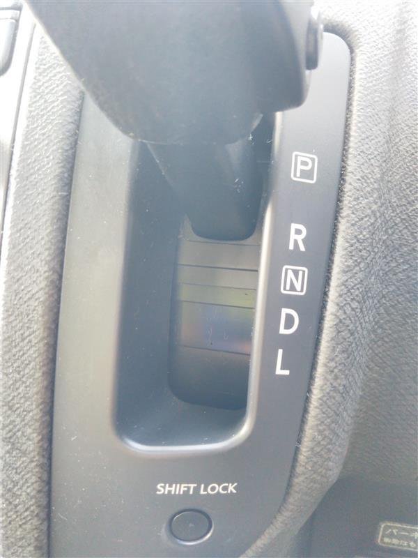 ディーラーに泣きついたら、とりあえずシフトロック解除ボタンを押しながら動かせば動くとのことで、一旦はそれで問題解決したのですが・・・。その後、月日が経つにつれ、警告灯が点灯することがだんだん多くなり、ある時は、駐車場にバックで入ろうとしてシフトをリバースに入れようとしたところで、警告灯が点灯!!後ろから車は来てるし、冷や汗をかいたこともありました。さすがにこれはマズイと思いネットで軽く調べたのですが、同時代のセレナ共々同じ症状が発生してる人もいるようで、どうもシフトシステムそのものを交換とか、なにやらきな臭い話が。。。いまさら高額修理するぐらいなら、車変えろコールが外野から発生するのは避けられないので、いろいろやってみましたが改善せす。