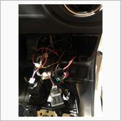 ブレーキセンサーから2本ケーブルを出して、一本はイグニッション<br /> ここからイグニッション電源頂戴します。<br /> ハンドルのコネクタから2本…<br /> <br /> 合わせて3本を助手席メインコンピュータに持っていきます。