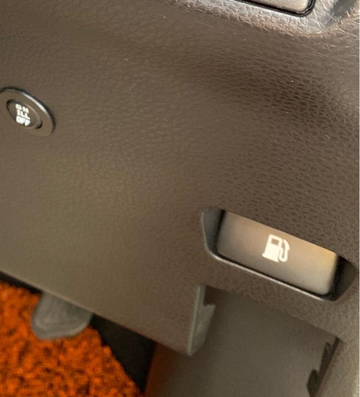 夜に給油口オープナースイッチが見えず<br /> 覗き込まないと押せないので<br /> 上部にLEDを取付けて見ました。