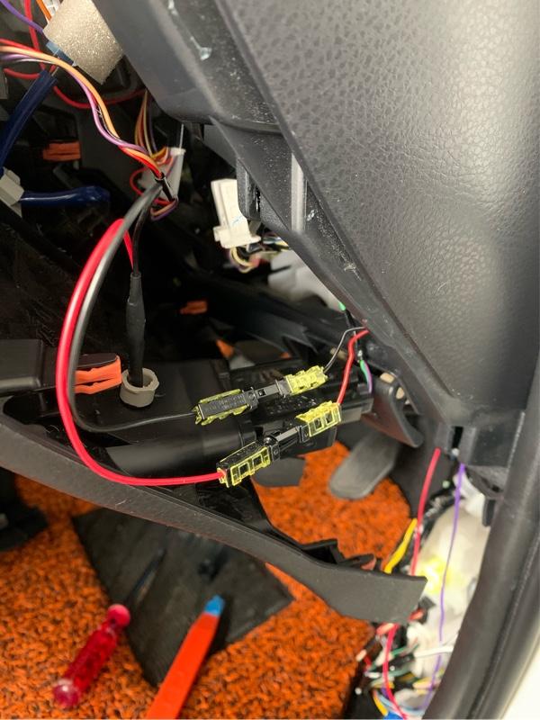 ロックマウントを使って青LEDを固定!<br /> 配線は購入してあったカプラー使用予定でしたが、<br /> 外れない先程のスイッチ配線があったので<br /> エーモンの接続コネクターを使いました。