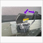 後ろはカメラの角度が合わないので、1ミリのアルミ板でブラケットを制作。<br /> 今まで帆を開けたことがないけど、開ける事があればすぐに外せるように、ファスナーテープでカメラと配線を固定。<br /> ファスナーテープは超強力両面テープで4カ所帆に接着。
