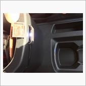 フロントドリンクホルダー部は同じくエーモンの1粒LEDをコンソールボックスに装着。下向きだと明るすぎたので、上向きにして間接照明風にしました。といっても透明なアクリル板をカッティングシートで貼っただけという…(^^;