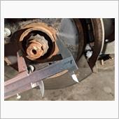 適合するスペーサーを選択するため、車両側のハブの直径を測定。結果は54mmで、調べたデータと合致。