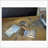 一刀両断✂ヤリました。<br /> 鉄板ボディー壁取り付けに1枚<br /> タンクを上から押さえる1枚(動かないよぅに支える)<br /> 底板に1枚<br /> 3枚3分割構成で固定させる作戦です。<br />