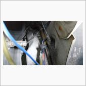リレー本体は、配線の関係からホーンの横に設置します。室内に引き込む配線は、ACC配線1本になます。<br /> 室内へ引き込む場所は、リア ウォッシャーホースのグロメットに割り込ませます。この場所は、配線を室内に通すのにオススメです。比較的簡単に通せます。<br /> 但し、タイヤを外し、フェンダーライナーを外す手間がかかるんですが・・・