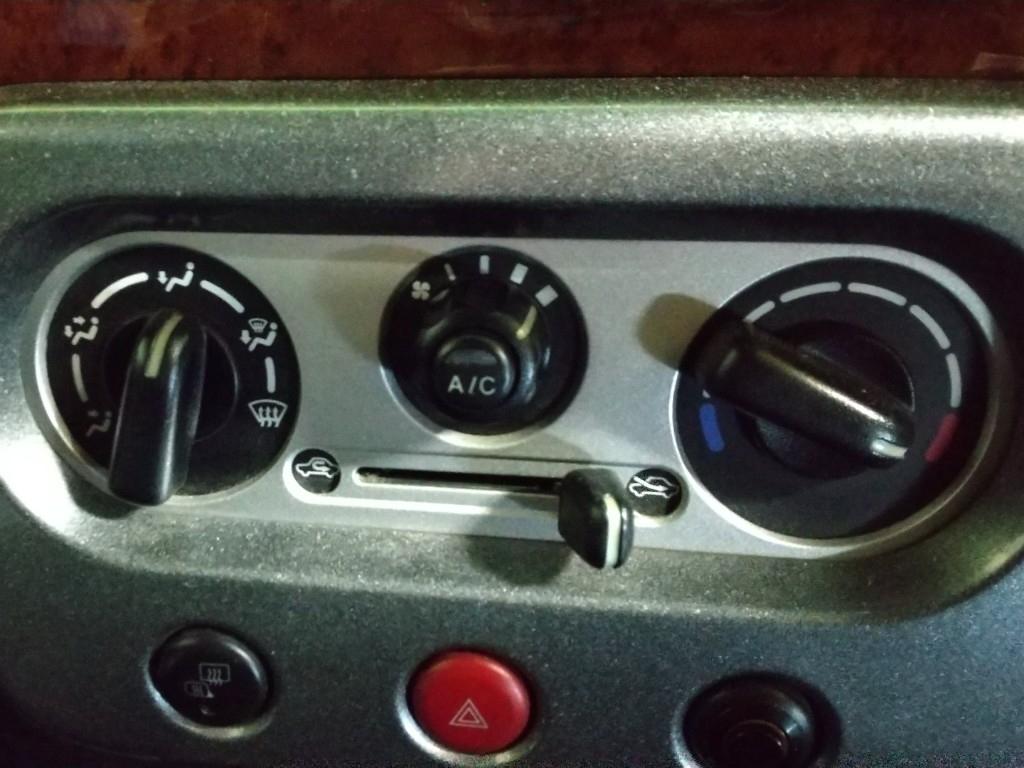 週末の仕事が終わり、帰宅するためにエンスタで暖気開始。10分ぐらいして車に乗り込むと『寒‼️』暖房のスイッチ入れ忘れた❓️<br /> スイッチ入ってますね❓️・・・<br /> スイッチを入れ直しても、動きません。どうやら、ブロアーモーターがお亡くなりに😭<br /> どーにもならないので、とりあえず、帰宅することに・・・ですが、夕方とはいえ真冬の暖房無しはかなりキツい‼️途中で寒さに負けて、防寒着を上下着て運転しました。(ワタシは、超寒がりです)
