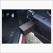 以前取り付けたセンターコンソール側のニーパッドは快適で、なければ困るほど。<br /> サーキット走行をしている友人から、ドア側も取り外し可能のパッドを付けると踏ん張りが効いていいと聞いて早速自作。<br /> ホームセンターで100mm角の発泡ゴムを手に入れてトータル200mm厚にしています。ドアポケットにフックで引っ掛け、ドア内張にベルクロテープで取り外し可能な構造でとりあえず安定したのでよしとしています。<br /> ルックスがあまりにひどいので、人工皮革で覆ったところ、最近食べた高級生食パン「ハレパン」みたいな見た目なので「ハレパン」と命名。
