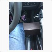 シートから生やすほうが見た目はスッキリするけれど、乗り降りのしやすさからドア取り付けにしています。<br /> アクセルペダルに足を乗せた状態でいい感じに当たっています。
