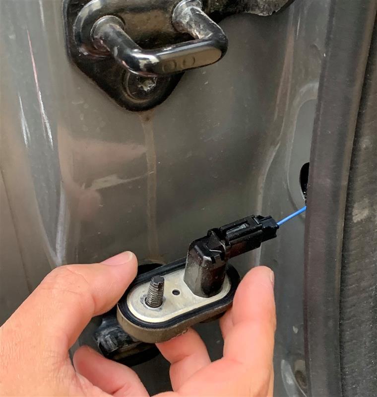 魔法のスイッチでリアゲート換気ストライカー施錠