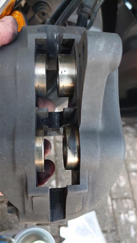 ピストン側面の汚れを落とすのにピストンシリンダーを回転させるペンチのようなツールと出した後のピストンを押し戻すツールを買ったが、押し戻しは手でできた。汚れを全部ふき取り、シリコングリスを塗って元に戻した。