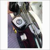 まずは、助手席側のドアミラー取り外しですが此方は割愛させて戴きます。写真は取り外した後、ドアミラーにカメラを取り付けるところです<br />