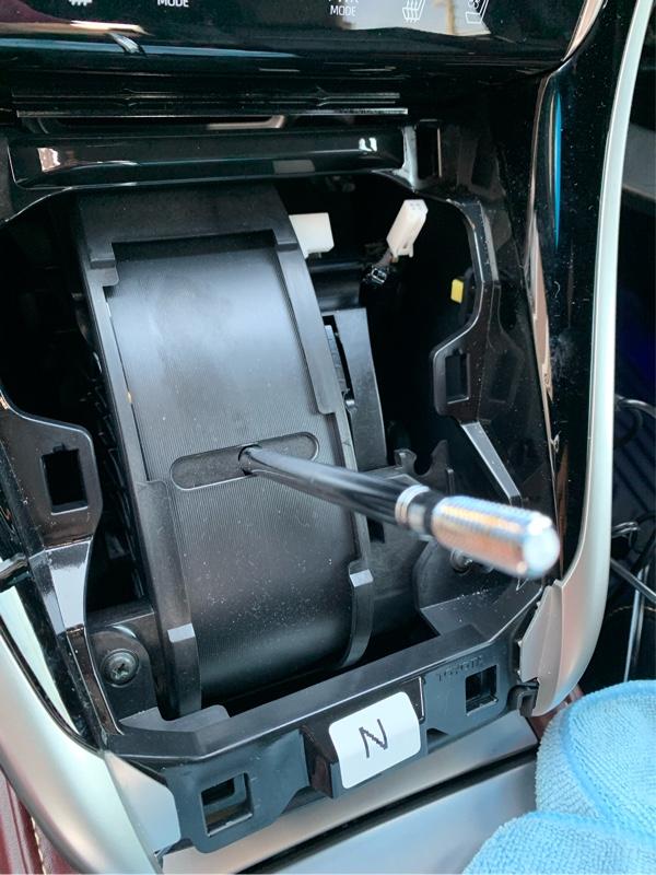 ドアから蛇腹通して車内への配線は前回も行ったので割愛します。車内への通しでしまえば先程のフロントカメラと一緒にナビ裏へ。シフトパネルを取ります