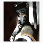 インナーフェンダーの隙間から片手を突っ込んで、コネクターを下に引くとハーネスは簡単に抜けました。<br /> 電球は反時計回りに回してから引き抜く。<br /> <br /> 慎重に新しいLED電球を外した逆の順序で装着。