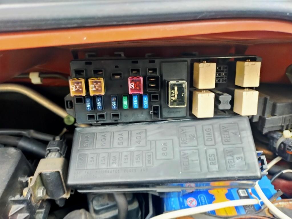 エアコンの効きが悪いと思いコンプレッサーを見てみると動作していませんでした。<br /> <br /> エンジンルームのヒューズボックスの中にある2番がマグネットクラッチリレーでした。<br /> 電動ファンリレーと差し替えてみたらコンプレッサーが回りだしたので交換決定しました。