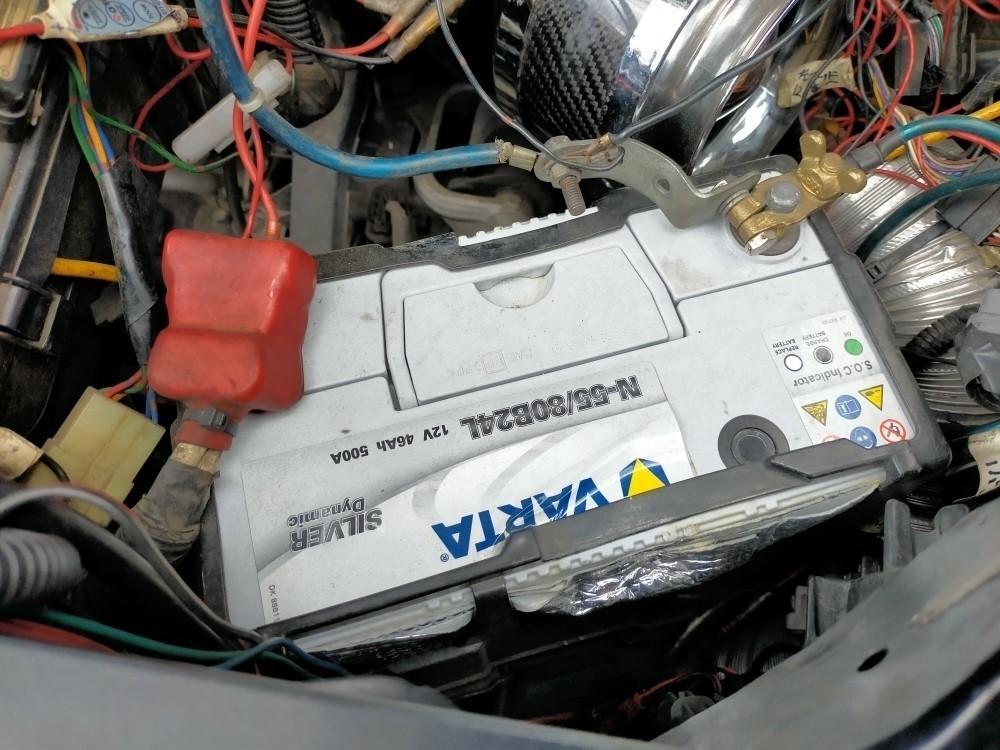 エンジンをかけたままバッテリー交換