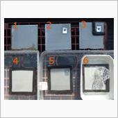 (間違いに気づいて手直ししたため、1日経過した写真です)<br /> <br /> 用意したのは鉄板、表面に黒皮のないSPCC材。<br /> アルコールとシンナーで脱脂してあります。<br /> ステンレスは鉄を腐食してしまうので、スクリュは鉄にユニクロメッキ品を使用しました。<br /> <br /> パターンは6つ。<br /> 1 板のみ(基準)<br /> 2 亜鉛板をスクリュ固定<br /> 3 亜鉛板をスクリュ固定してシール<br /> 4~6はそれぞれを水中に没する。<br /> 水中にも酸素は存在するので、錆びる要素は揃っています。<br /> <br /> 1-2で亜鉛有無の差<br /> 2-3で鉄と亜鉛が同じ水に触れているかいないか<br /> 上段下段で空気に触れた場合と水に浸かった状態の違いを見ます。<br /> <br /> 上段は水をかけ放置、1,2時間で乾燥します。<br /> 朝晩1回、シャワーで濡らす予定です。<br /> <br /> (6の青○は手直し作業中に錆を発生させてしまった部分なので、今後除外して見ます。)
