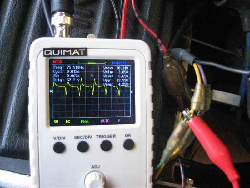 まず黒の配線がGNDに繋がっている事を確認後、黄色+と黒-で波形を取ると、全体的に数ボルト高めになっていますが黄色+と紫ーと同じ波形です。
