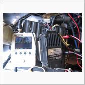 次にタコメーター配線の電圧を調べてみると、65V以上でCDIと同様に高電圧の1次電圧になっていました。<br />
