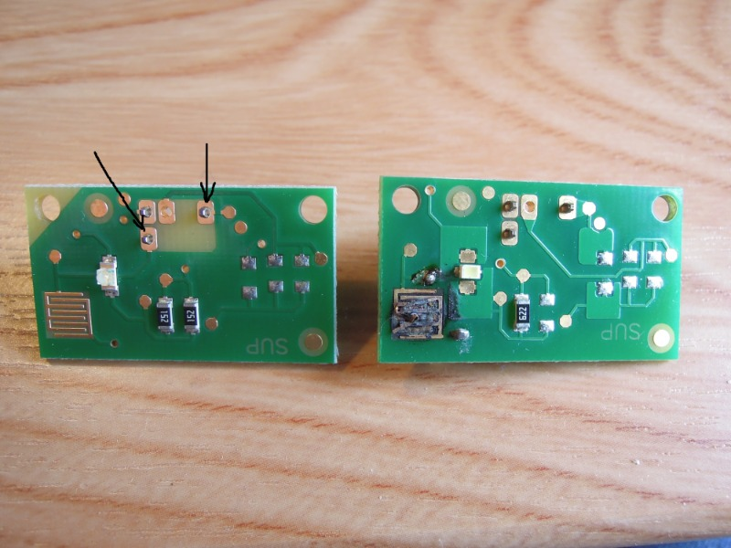 前回投稿したスイッチ増設の作業内容(関連情報のリンクをご参照下さい)に不適切な部分があったので改修を行いました。<br /> モードの切り替えができなくなるトラブルが出て、最終的にスイッチ基板に焦げた跡がつくほどのトラブルが発生していました(画像右側の基板)。<br /> 新しいスイッチの基板(画像左側)は少し回路の変更がありましたが、チェックをしてみるとタクトスイッチ部のパターンはそれぞれ黒矢印のピンに直結していることがわかりました。この点は実は古い基板でも同様でした。