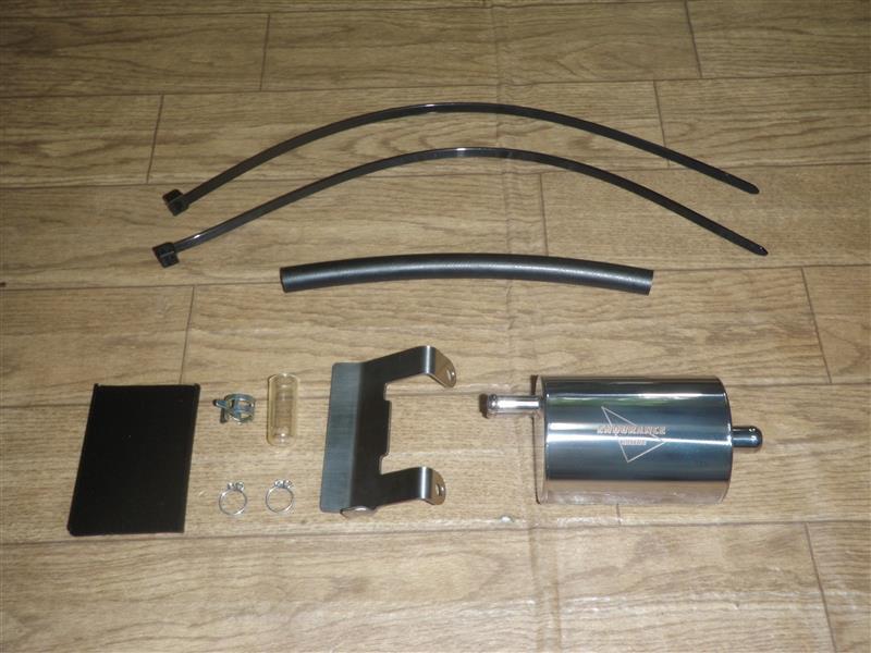 エンデュランスのモンキー125用のオイルキャッチタンクを流用して取り付けます。