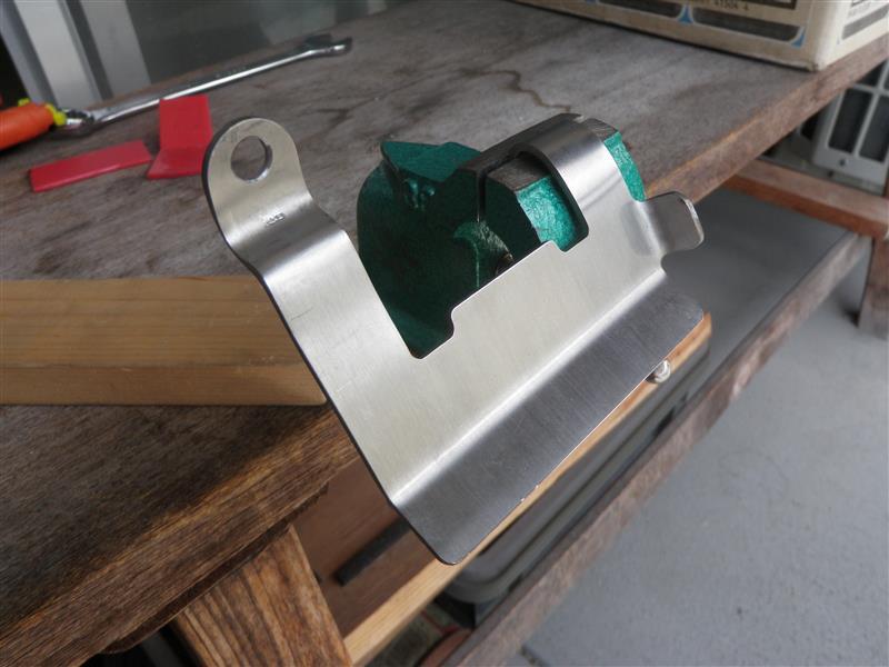 油温センサーガードのボルトと油温センサー線ステーの穴に現物合わせで曲げていきます。