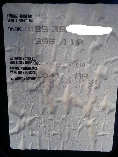 ボンネット裏の製造指示の紙?