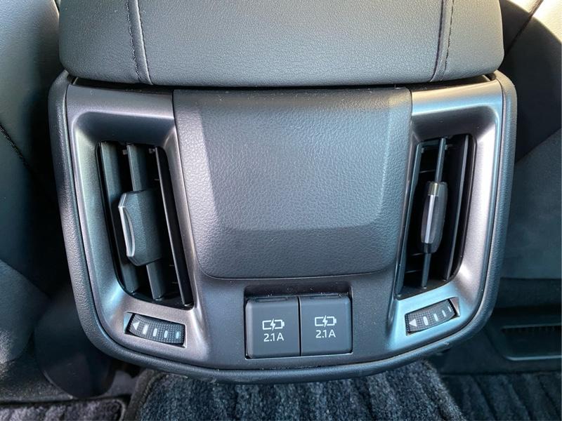 トヨタ純正 後席USBポート取付け
