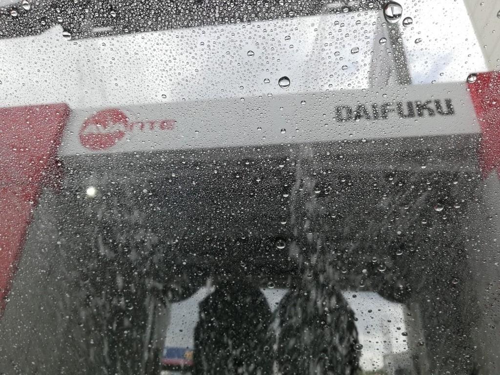 雨上がりに洗車しました。