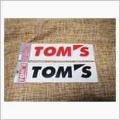 TOM'Sステッカー貼りの画像