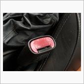 シートベルトの赤いボタンを磨き