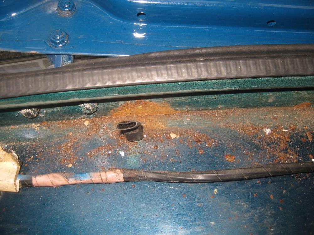トランクの錆を補修しました