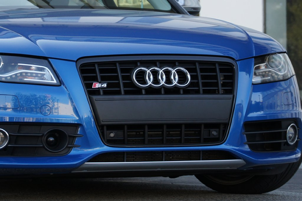 S4 (セダン)Audi純正(アウディ) フロントフィラープレート(サテンブラック)の単体画像