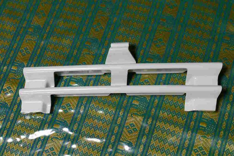 ミディアムクラス セダンBENZ純正 牽引きフックカバーの単体画像