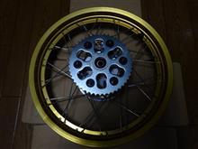 セロー250ワイズギヤ リアホイールASSY ゴールド 3C5253020035の単体画像