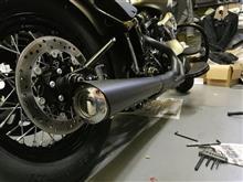 FLSS ソフテイルスリムSSupertrapp Black 2-into-1 Supermeg Exhaustの全体画像