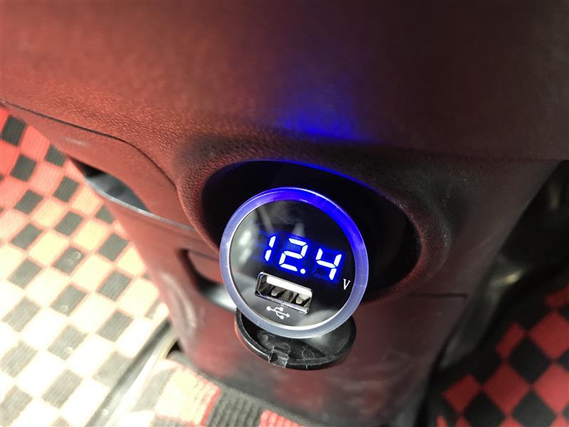 不明 シガーソケット電圧計付きUSBポート