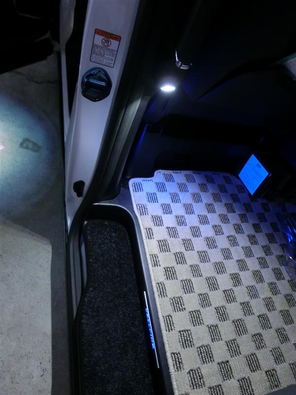 不明 後席スライドドア用LEDフットランプ