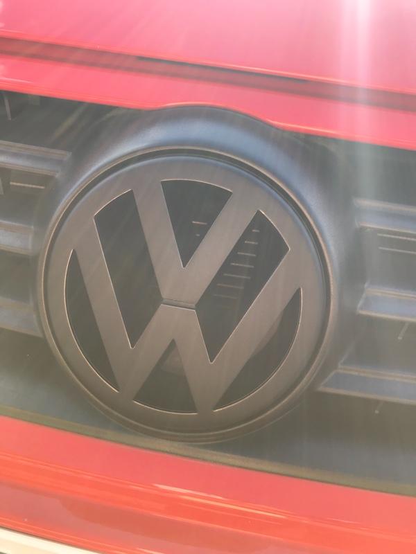 VW  / フォルクスワーゲン純正 自家塗装フロントエンブレム