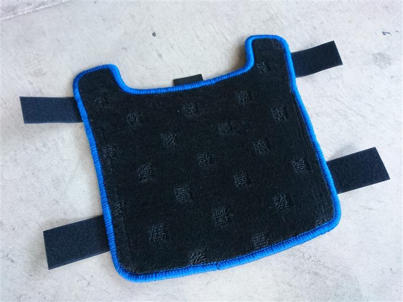 ホットフィールド リアセンターカバーマット  GENERAL(マットカラー:STD ブラック オプション:オーバーロック糸カラー:ブルー)