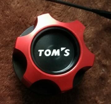 TOM'S オイルフィラーキャップ レッド