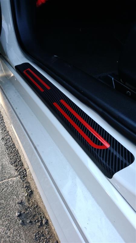 Maidao 炭素繊維ドアスカッフプレートステップガードカバーステッカー+赤高輝度