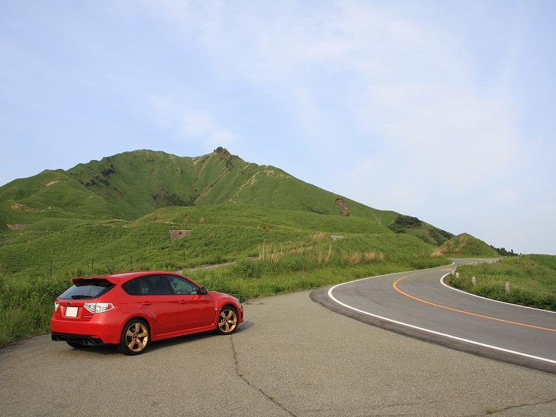 熊本県南阿蘇村(旧・白水村)<br /> 県道111号阿蘇吉田線 阿蘇パノラマライン<br /> <br /> 火の山トンネルの南西側の部分で、正面に見えるのが御竈門山です。<br /> 樹がなく草ばかりの山は美しいです。