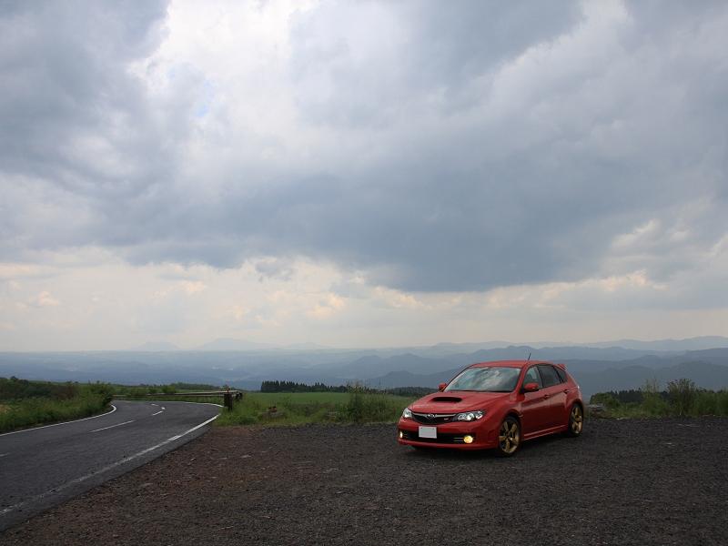 大分県日田市(旧・天瀬町)<br /> ひたスカイファームロード 亀石峠<br /> <br /> 高い台地(?)の上を豪快に走る道で、交通量も少なくオススメの道です。<br /> 中でもここからの眺めは最高!<br /> 左側のはるか遠くには阿蘇の山が見えています。<br /> なお、この写真は雨中の撮影です。