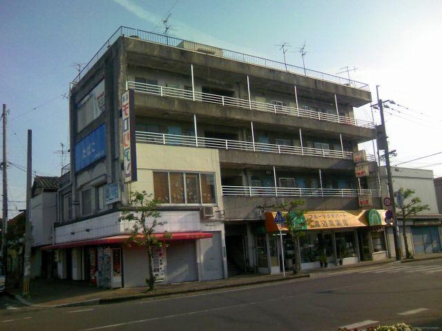 その飯塚駅前にまさに炭都の名をもつビルがある<br /> 「炭都ビル」