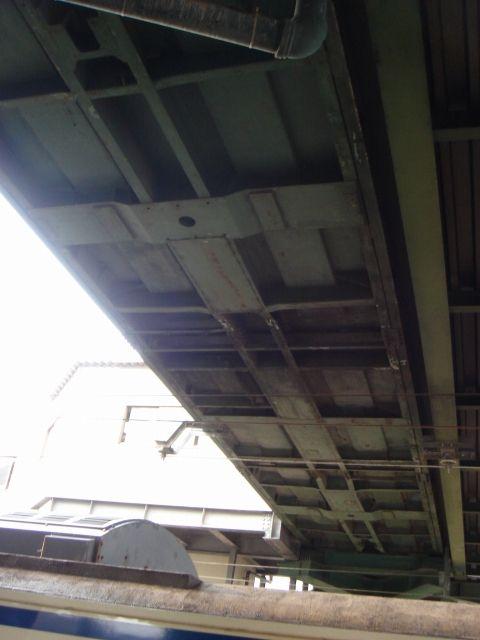 下から覗きましよう。<br /> なんだか普通の橋げたと違うような?