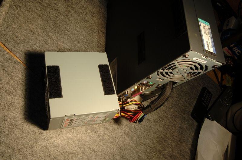 メンテナンス用に強力マジックテープで貼り付けています。<br /> <br /> トラクターのカーステで実績があったマジックテープなので、強すぎて剥がすのが大変。
