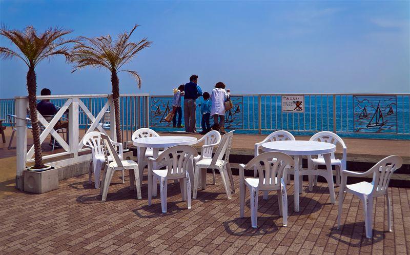 海辺のテーブルと椅子